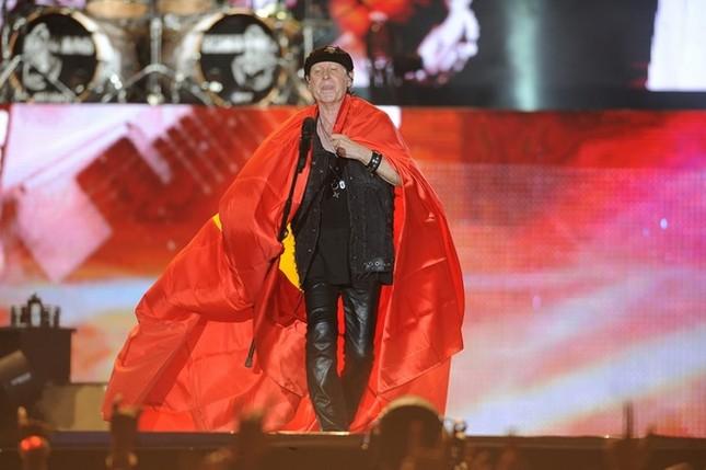 Ca sĩ chính của Scorpions khoác cờ Việt Nam lên sân khấu - ảnh 2