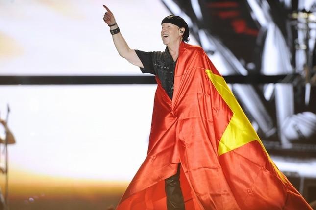 Ca sĩ chính của Scorpions khoác cờ Việt Nam lên sân khấu - ảnh 3