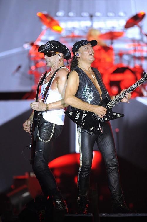 Ca sĩ chính của Scorpions khoác cờ Việt Nam lên sân khấu - ảnh 4