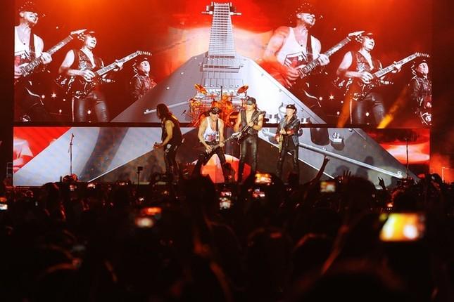 Ca sĩ chính của Scorpions khoác cờ Việt Nam lên sân khấu - ảnh 5