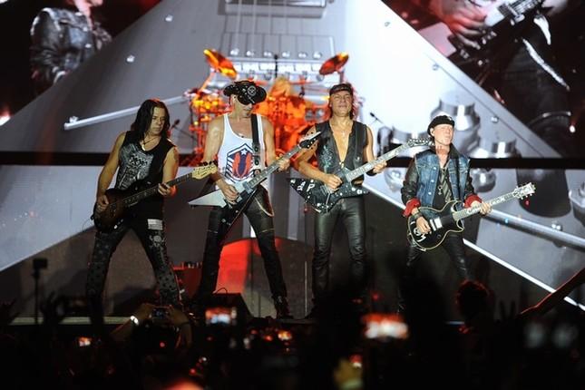 Ca sĩ chính của Scorpions khoác cờ Việt Nam lên sân khấu - ảnh 6