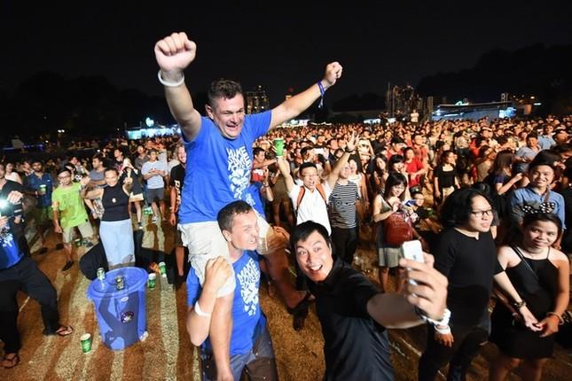 Ca sĩ chính của Scorpions khoác cờ Việt Nam lên sân khấu - ảnh 7