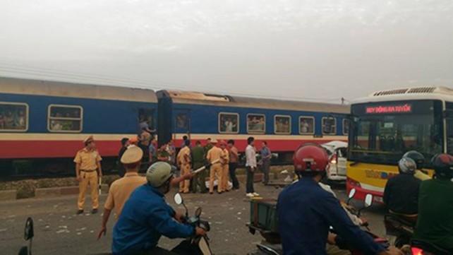 Tàu hỏa vò nát ô tô ở Thường Tín, 4 người chết tại chỗ - ảnh 1