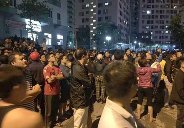Cháy chung cư ở Linh Đàm, người dân hoảng loạn tháo chạy - ảnh 1