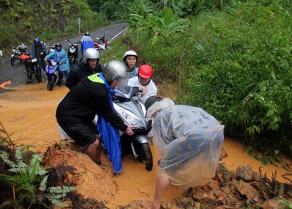 Tuyến Nha Trang - Đà Lạt bị chia cắt do sạt lở đất đá - ảnh 1