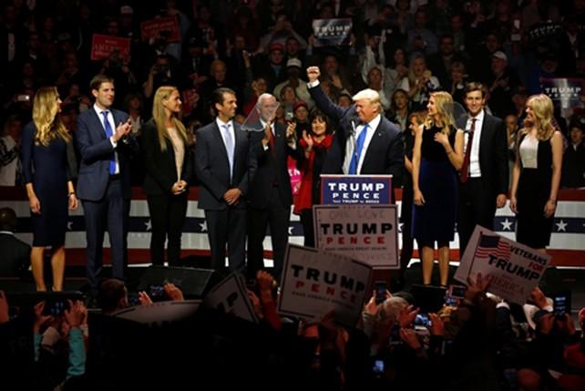 Hai thái cực Clinton và Trump trong ngày vận động cuối cùng - ảnh 1