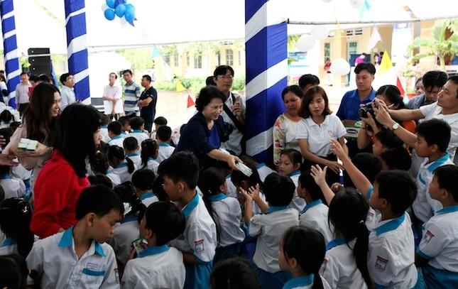 Quỹ sữa Vươn cao Việt Nam và Vinamilk trao tặng sữa cho trẻ em Cần Thơ - ảnh 1