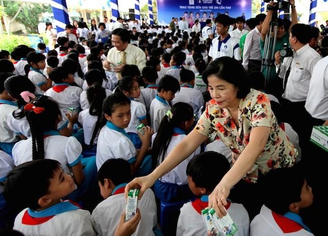 Quỹ sữa Vươn cao Việt Nam và Vinamilk trao tặng sữa cho trẻ em Cần Thơ - ảnh 2