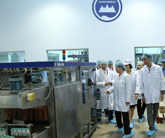 Đoàn đại biểu Quốc hội Việt Nam thăm nhà máy sữa Angkor - ảnh 1