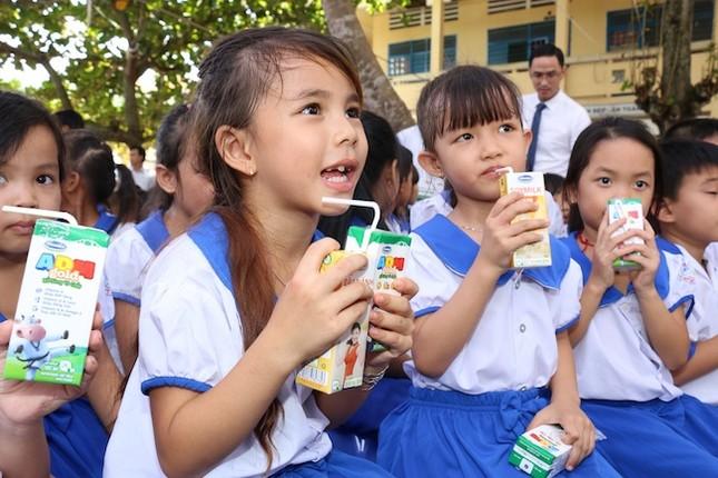 Vinamilk và Quỹ sữa Vươn cao Việt Nam trao tặng 111.000 ly sữa cho trẻ em An Giang - ảnh 2