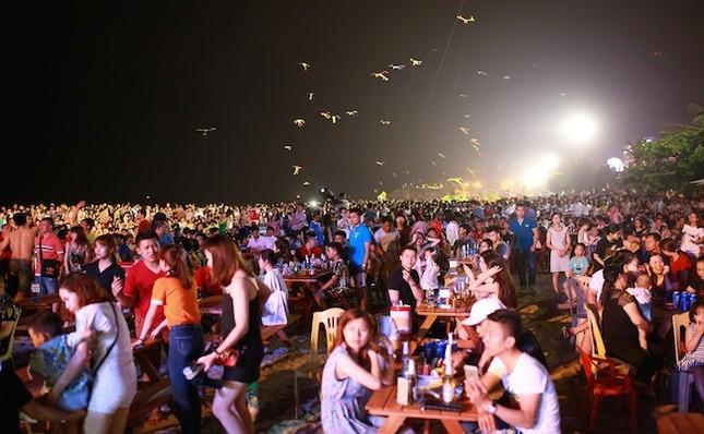 Khán giả Sầm Sơn cuồng nhiệt trong đêm nhạc EDM bãi biển - ảnh 1