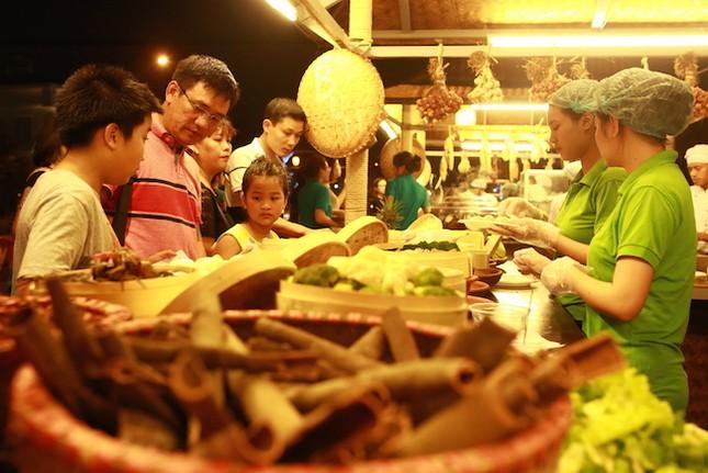 Chợ Quê phố biển đón hàng ngàn lượt khách trong hai ngày khai trương - ảnh 2