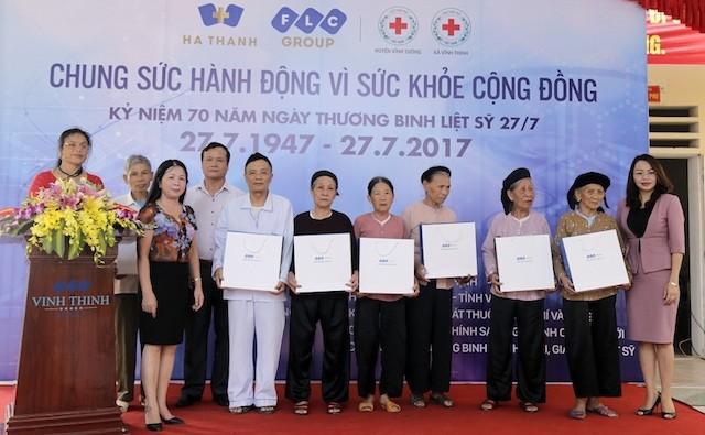 FLC phối hợp cùng Bệnh viện Hà Thành thăm khám và tặng quà người có công với cách mạng - ảnh 1