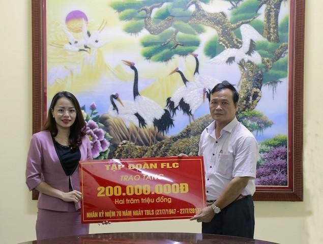 FLC phối hợp cùng Bệnh viện Hà Thành thăm khám và tặng quà người có công với cách mạng - ảnh 2