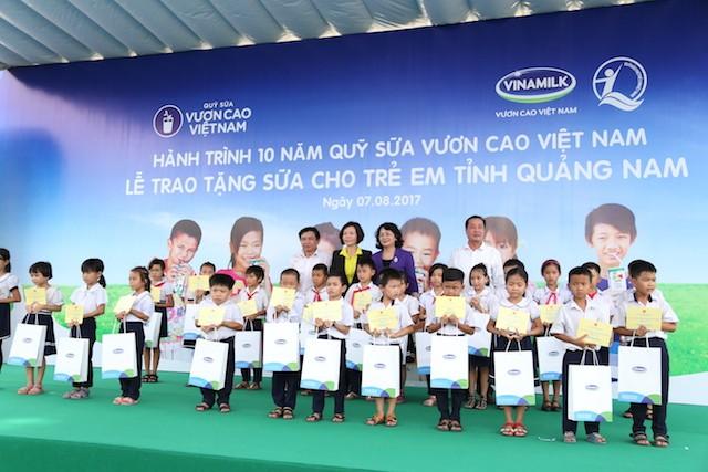 Khởi động hành trình trao sữa 10 năm liên tiếp của Quỹ sữa Vươn cao Việt Nam    - ảnh 1