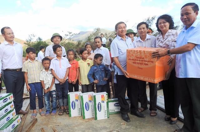 110 ngàn ly sữa cứu trợ trẻ em vùng lũ - ảnh 1