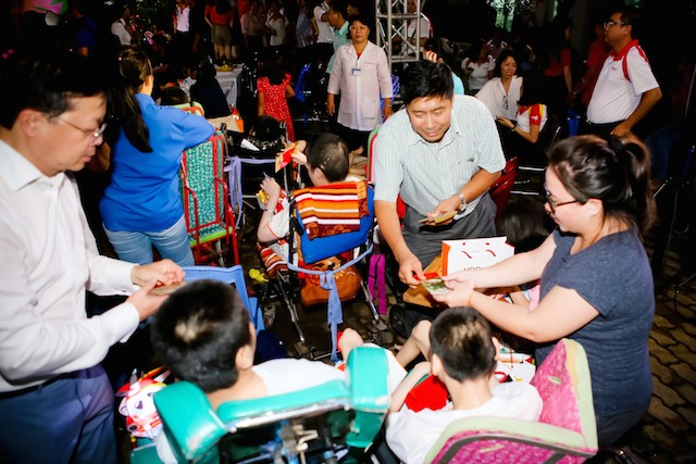 Xúc động mùa trung thu: Nữ tỷ phú hát cùng trẻ em mồ côi, khuyết tật - ảnh 5