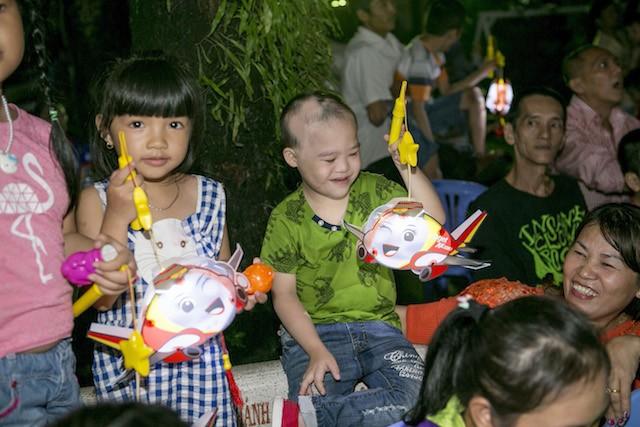 Xúc động mùa trung thu: Nữ tỷ phú hát cùng trẻ em mồ côi, khuyết tật - ảnh 7