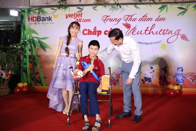 Xúc động mùa trung thu: Nữ tỷ phú hát cùng trẻ em mồ côi, khuyết tật - ảnh 1