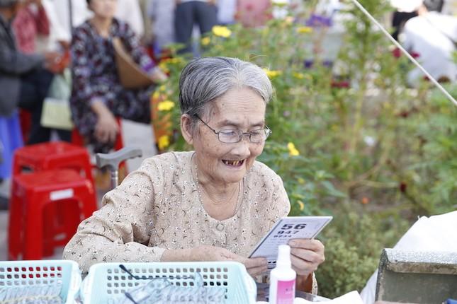 HDBank tặng khách hàng cúp vàng 9999 dịp cuối năm - ảnh 2