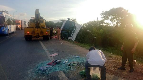 Xe Cúc Tùng đụng xe đầu kéo, 2 người chết, nhiều người bị thương - ảnh 1